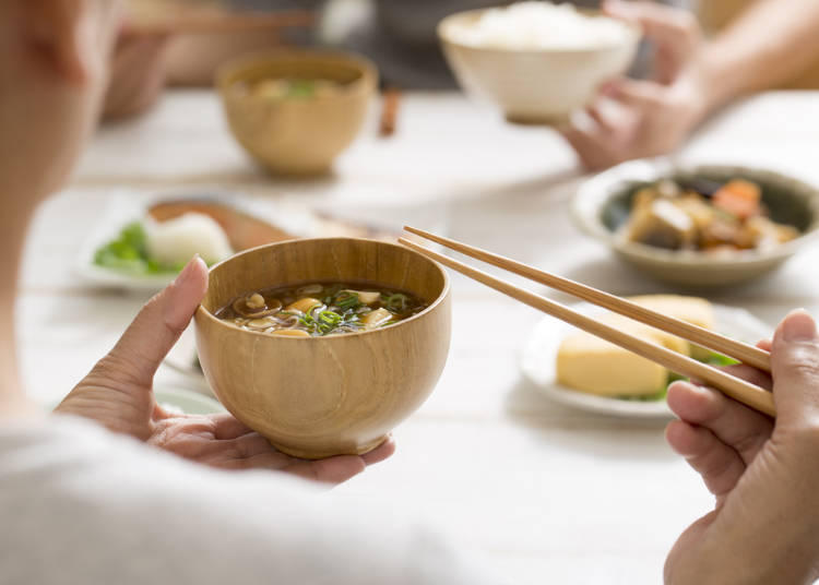 六、吃飯或喝湯時要把碗端在胸前,喝湯時不發出聲音