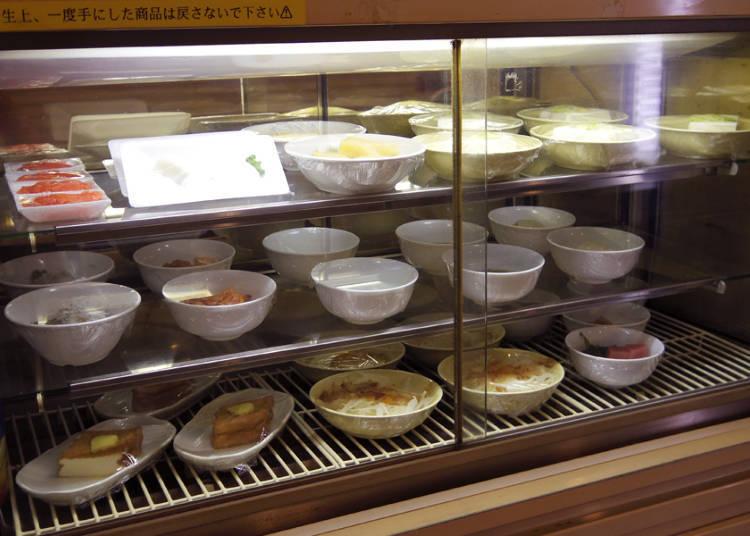 種類豊富な料理の数々はセルフサービスで
