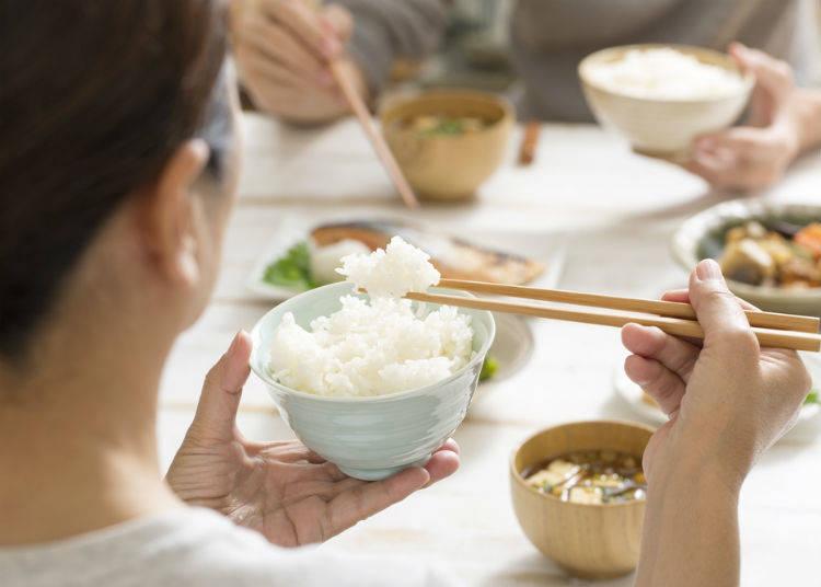 2. 밥그릇과 국그릇은 손에 들고 먹는다