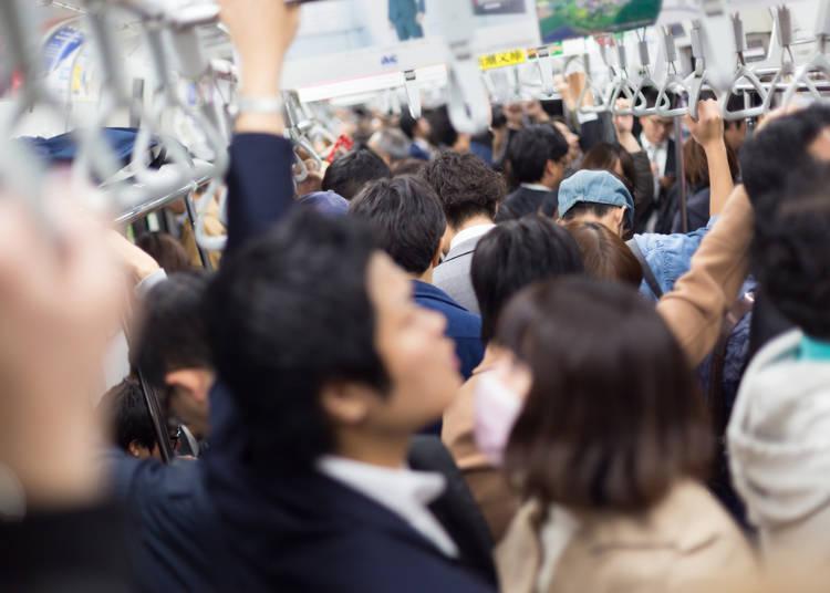 10.満員電車の過ごし方がおかしい!