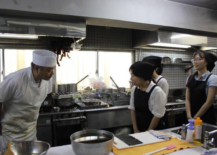 在日本料理教室,制作正宗的「高汤」