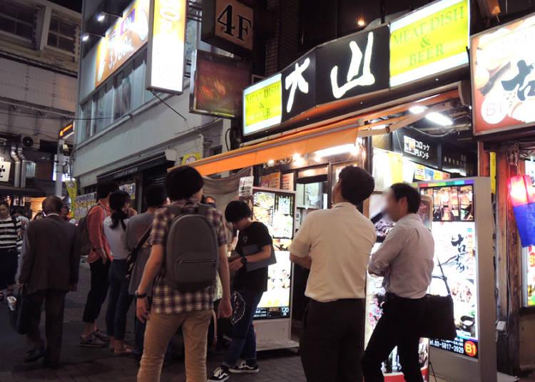 上野立飲居酒屋名店!大口咬下剛炸好的肉餅配啤酒吧!