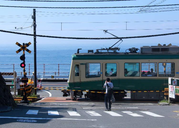 SPOT1)『スラムダンク』ファンが集まる「鎌倉高校前 踏切」