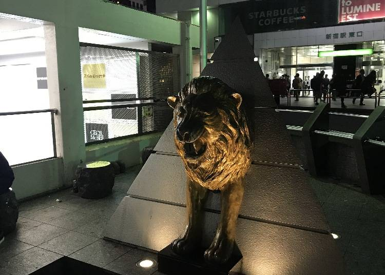 7. 新宿站東口的石獅雕像有什麼用途?
