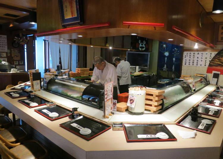 白天夜晚不同風情,新宿平價美味壽司專賣店