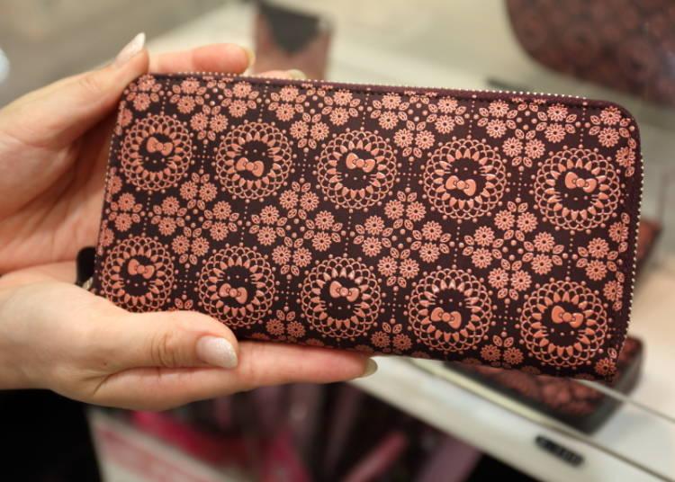Dompet Hello Kitty yang dibuat dengan teknik Koshu Inden