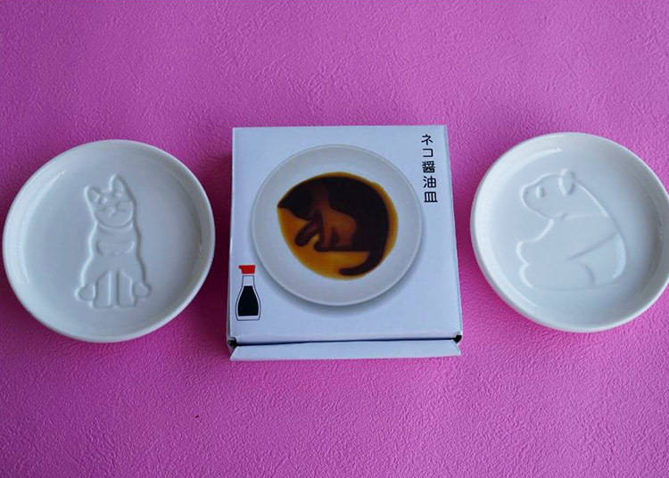 2. Just add soy sauce and the silhouette of an animal will appear in these wonderfully cute saucers!