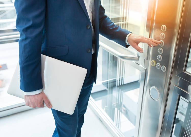 エレベーターで先に降りる男性が多いんじゃない?
