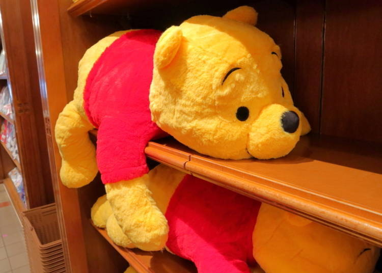 Winnie the Pooh Pillow (L): Loafing Around Lazily! (5,800 yen)