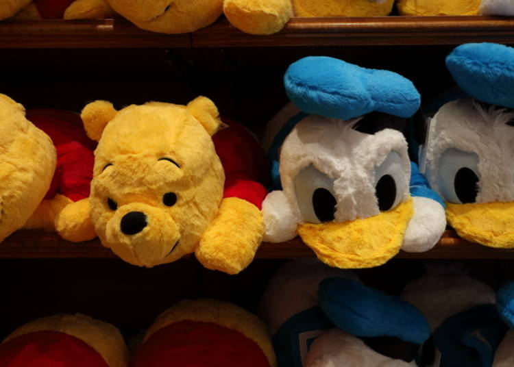 Winnie the Pooh an Donald Duck Pillows (M): The Perfect Size! (3,500 yen each)