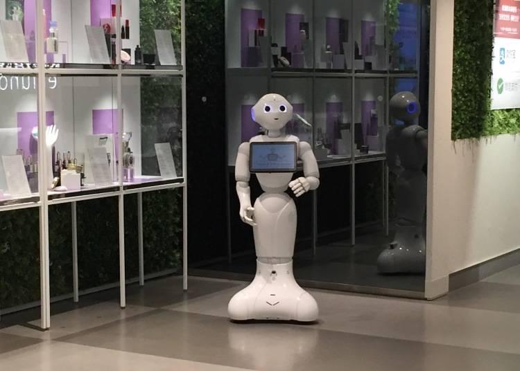 自動免税機や案内ロボットが大活躍