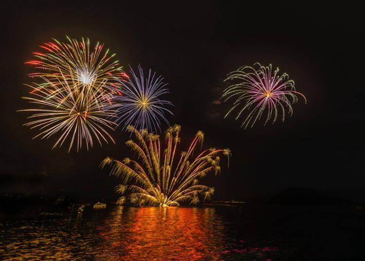 晚上可以看到洞爷湖上施放烟火!
