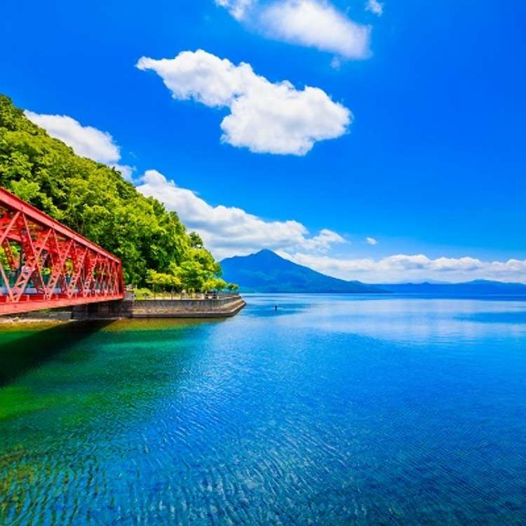 Come see this spectacular view only an hour away from Sapporo! Easy one-day sightseeing trip to the clear waters at Lake Shikotsu