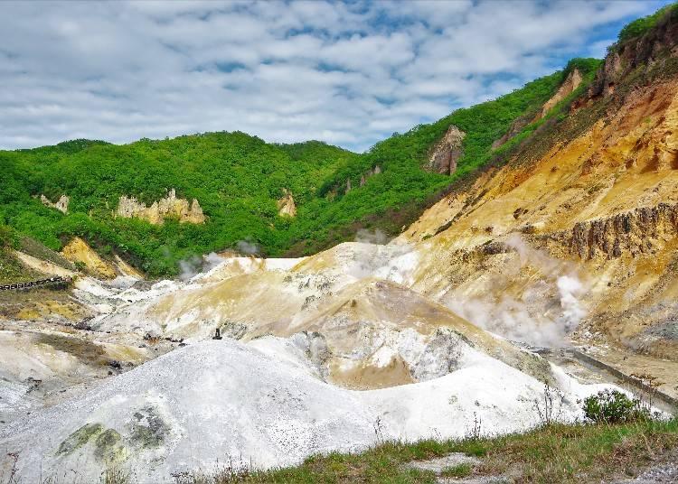 噴火口跡から湧き出す温泉の迫力を体感!「登別地獄谷」