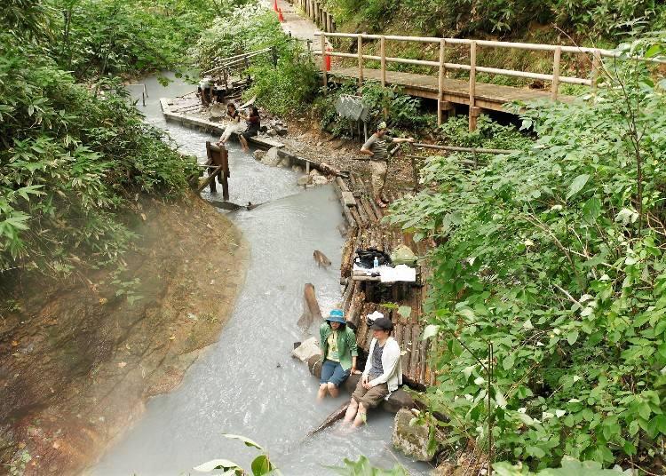 温泉の川で足湯を楽しめる!「大湯沼川天然足湯」