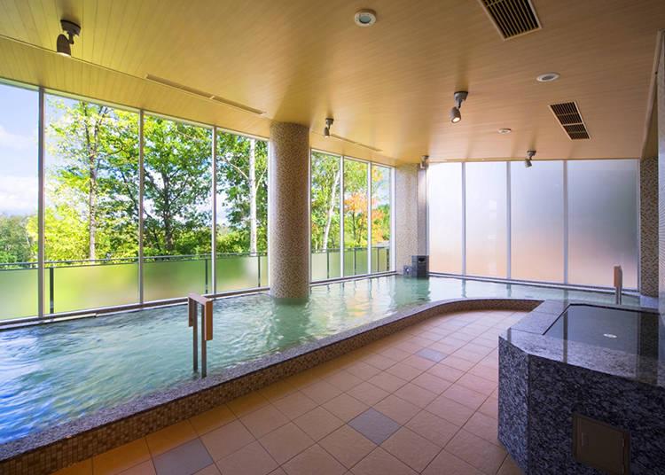 魅力2)ミネラルを豊富に含んだ天然温泉!鮮やかな森の緑に抱かれる癒しの時を