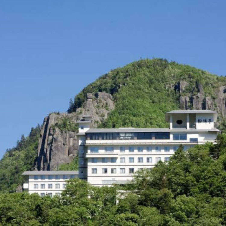 Our hotel recommendations for Sounkyo Gorge:  Where to stay if you want a bath with a view and delicious cuisine!