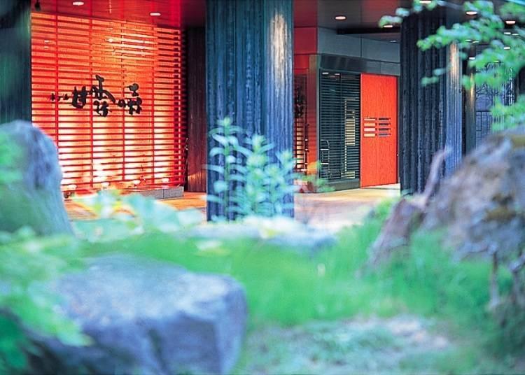 ■니세코의 숲과의 일체감을 맛볼 수 있는 천공 노천탕 「니세코 곤부온천 호텔칸로노모리」