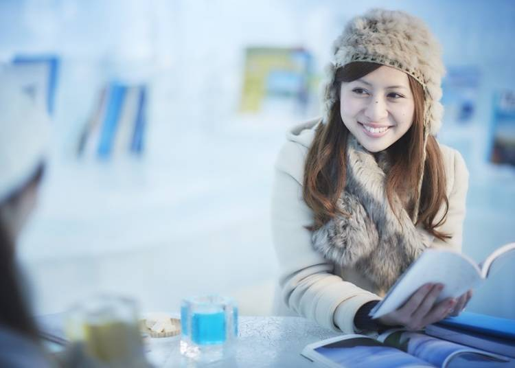 ■ Relax fireside in the sparkling Ice Books & Café