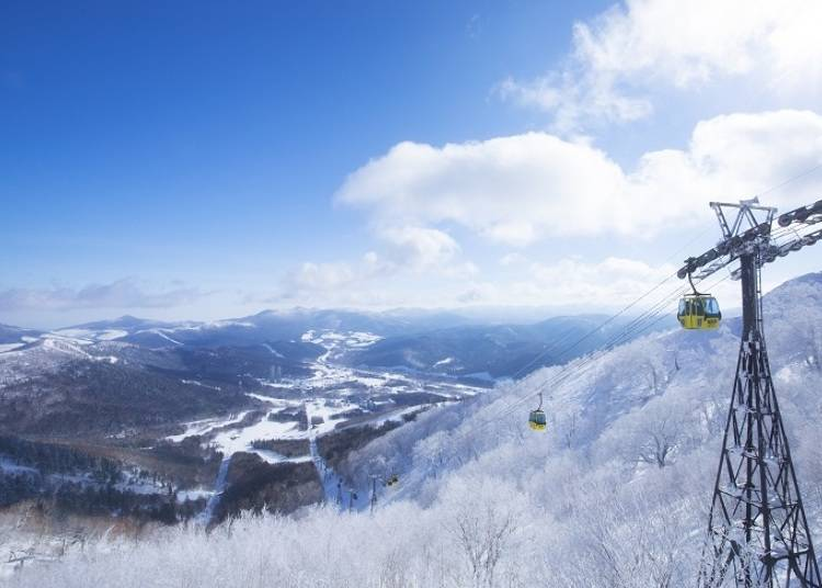 Go to the Muhyo Terrace while enjoying a superb view from the Gondola Lift.