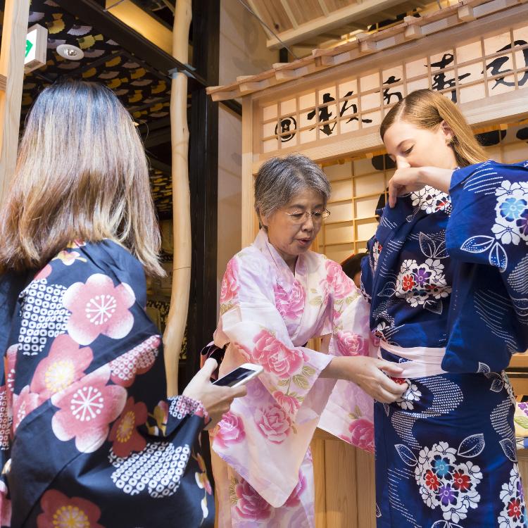 【Free trial】可以穿着和服在「寿司屋台」前拍照!-体验日本文化的摄影留念