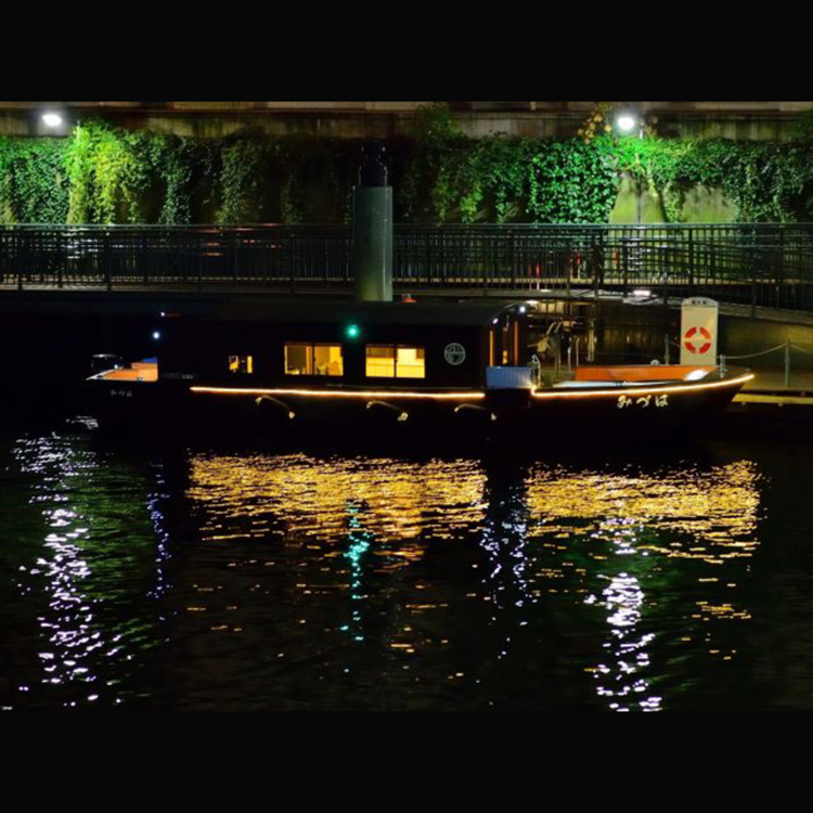 [Evening & Night View Cruise] 60-minute ride at 3,500 JPY (comes with one canned beer; available from May until Oct) Enjoy a boat-top view of Tokyo at dusk and the illuminations on the bridges of the Sumida River, the Tokyo Tower, and the Rainbow Bridge.