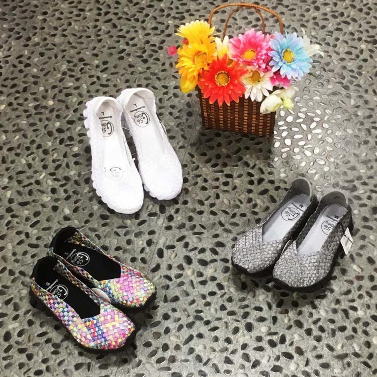伸縮材質網布 輕便休閒鞋/就是輕巧,加上採用了彈性材質的網布,鞋子會隨著行走而伸縮,走起來更舒服。鞋墊及鞋底擁有良好的避震性,穿起來舒適感絕佳。