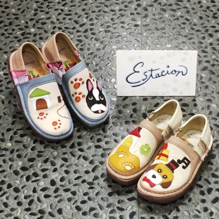 Estacion slip-on (with motif of dog) : Very cute and filled with dreams, these are Japan's original hand-made sandals made from cowhide material. The design for the left and right are different which makes them very cute! Besides their cuteness, they prov