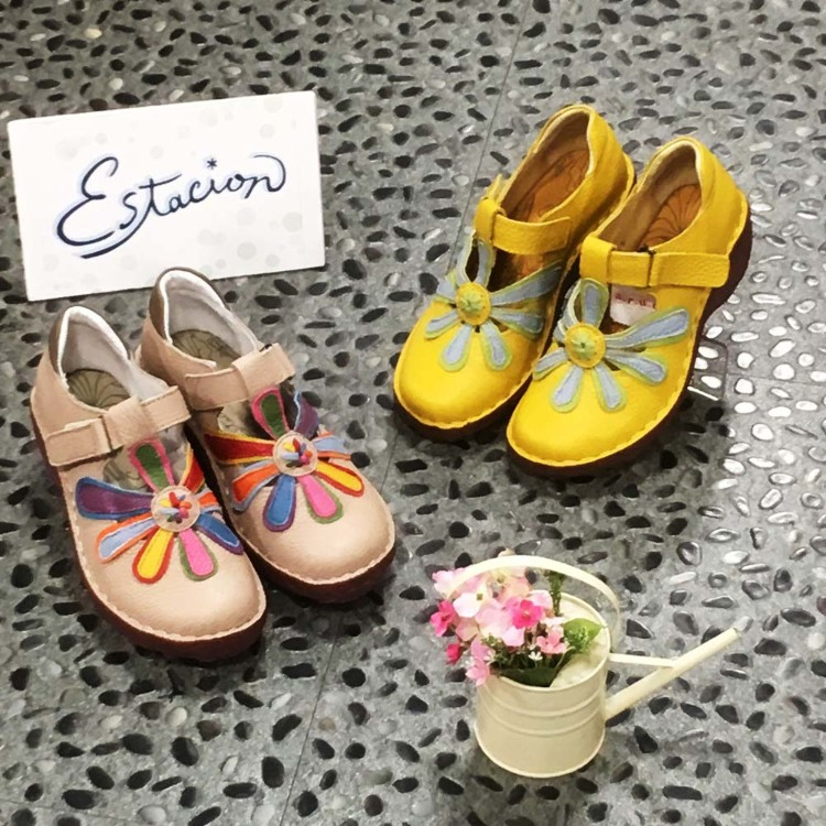 Estacion casual shoes : Very cute and filled with dreams, these are Japan's original hand-made sandals made from cowhide material.Their heels are a bit high so you can coordinate them with skirts as well. The shoes have instep bands that stabilize the mov