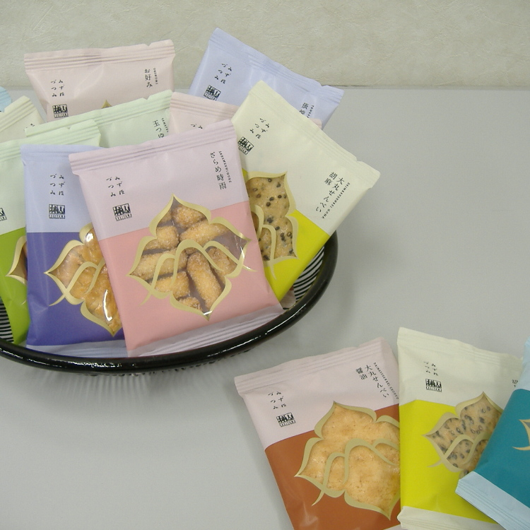 Mizuhozutsumi, a travel-sized pouch of rice crackers great for a quick snack