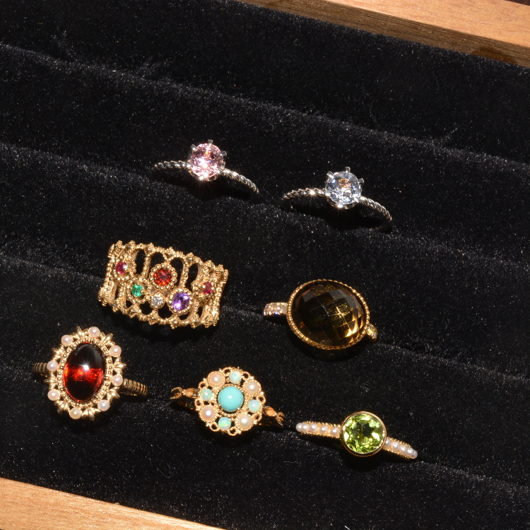 It is the series of the jewelry such as the antique<br /> I do assortment of goods with the ring using the semiprecious stone, a pendant, pierced earrings, a broach