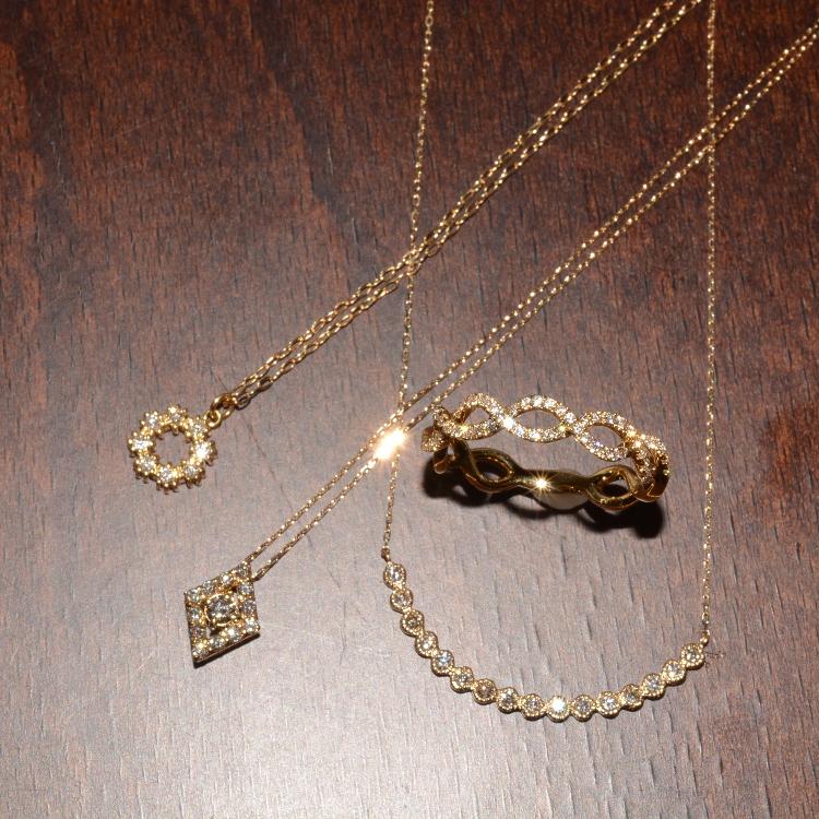 Diamond jewelry collection トレンドを意識した繊細でかわいいジュエリーのシリーズです。 デイリーで楽しめるデザインとダイヤモンドのキラリとした輝きで、着けていると気分を上げてくれるお守りのようなジュエリーです。