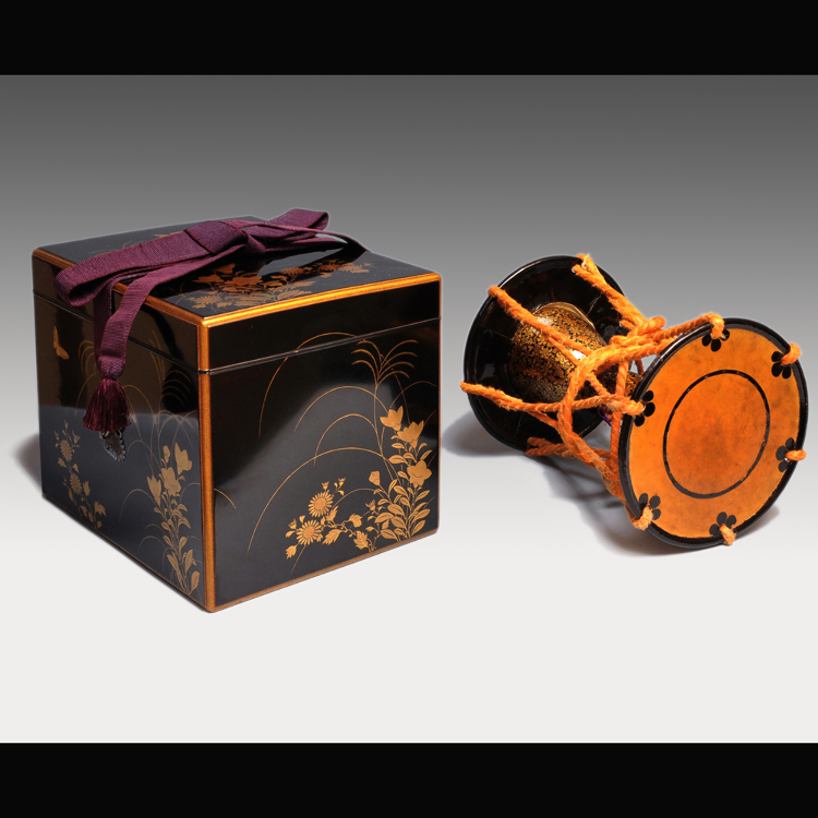 A set of box and small hand drum with flower arabesque design drawn by gold lacquer (comes with a box with gold-lacquered autumn flowers and lavish silver clasps)