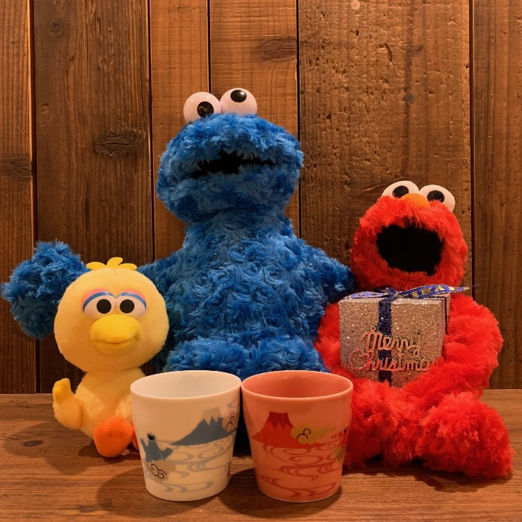 &lt;Sesame Street Pair Cup&gt;<br /> A Japanese pattern series combined with Mt. Fuji symbolizing Japan!<br /> There are 2 cups with auspicious red Fuji &amp; Elmo, Fuji &amp; cookie monster designed.<br /> Shibuya store 2F TOWER BOOKS is in handling.