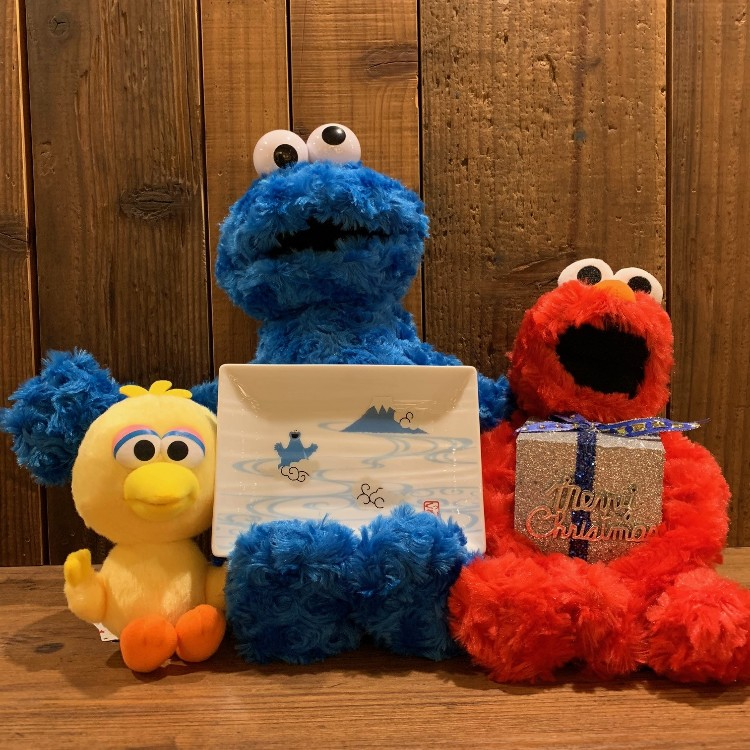 <Sesame Street Pair Diamond Dish> A Japanese pattern series combined with Mt. Fuji symbolizing Japan! It is a set of two long rectangular plates with auspicious red Fuji & Elmo, Fuji & cookie monster designed. Shibuya store 2F TOWER BOOKS is in handling