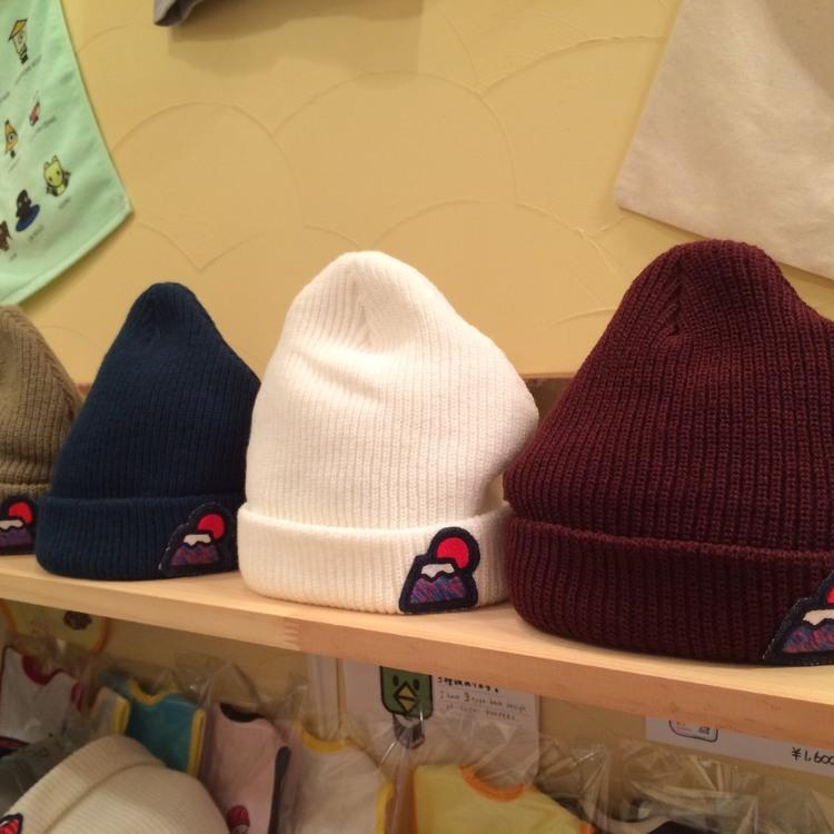 秋冬の定番アイテム、富士山ビーニーです。冬限定のマーブル富士山の刺繍がワンポイント入ってかわいいです。