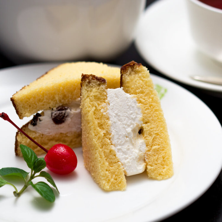 Meiji Doukei (sponge cake with rum raisin cream)