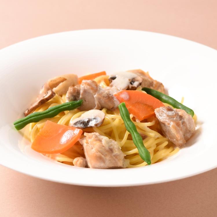 チキンの白ワイン煮と野菜のクリームソースパスタ