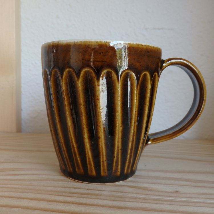 Shinogi (a special technique to make striped pattern)  mugs by Daisuke Murayama, a ceramic artist residing in Niigata.