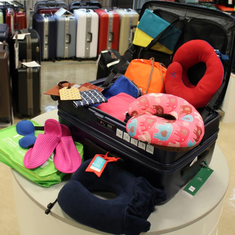 從枕頭等飛機內舒適用品到各種皮革小物等,各種增添旅遊便利性的旅行用品應有盡有