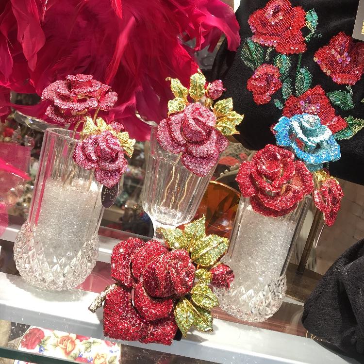 薔薇デザインのかんざし、ブレスレット、ネックレス、リングを多数入荷しております!本物より美しい、スワロフスキーを使用したゴージャスなアクセサリーです。