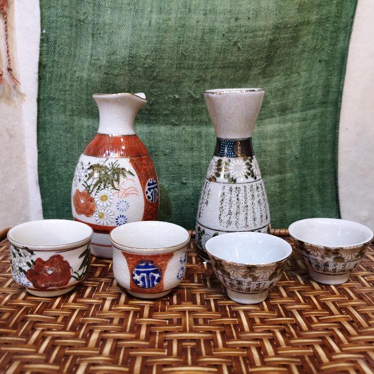 古董清酒杯和服務器瓶