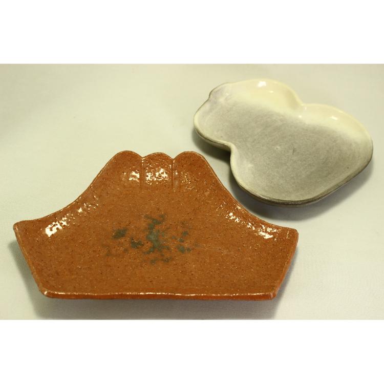 Shiroraku gourd-shaped plate/Akaraku Fuji plate<br /> *Prices may vary, so please give us an inquiry.