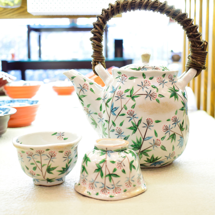 Twisted small bowl and teapot with fragrant eupatorium design