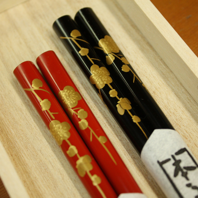 Hand-painted gold lacquer paired chopsticks set (plum)<br />
