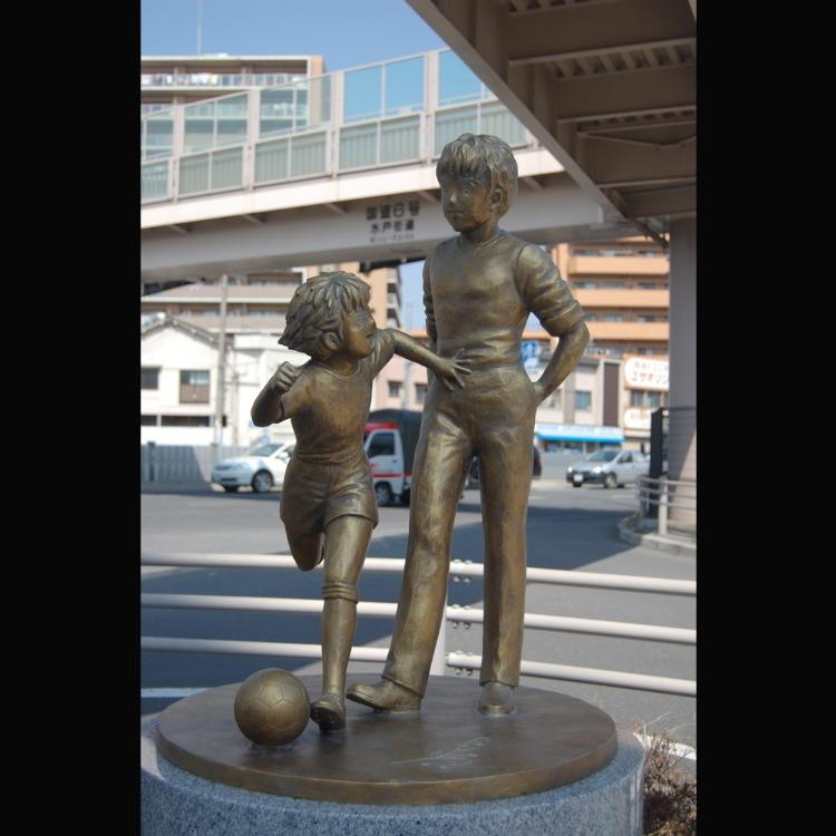 캡틴 츠바사의 로베르토 혼고와 오조라 츠바사 동상