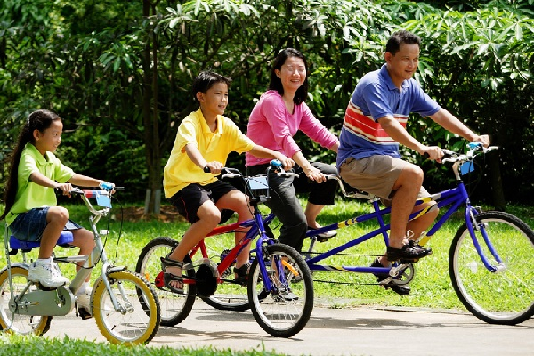 Take a tandem bicycle with family